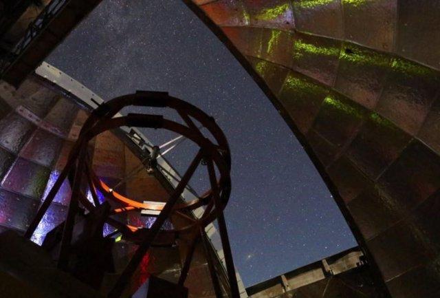 Esta foto muestra la vista desde el interior de la cúpula de la Instalación del Telescopio Infrarrojo de la NASA durante una noche de observación.