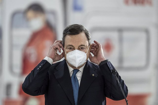 12 March 2021, Italy, Rome: Italian Prime Minister Mario Draghi take off his face mask as he visits the Covid-19 vaccination center at Fiumicino airport Photo: Roberto Monaldo/LaPresse via ZUMA Press/dpa
