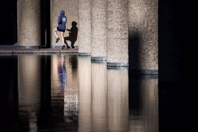 Archivo - 25 January 2021, United Kingdom, London: A man performs some outdoor exercise at the Barbican Estate during England's third national lockdown, imposed to curb the spread of coronavirus. Photo: Victoria Jones/PA Wire/dpa