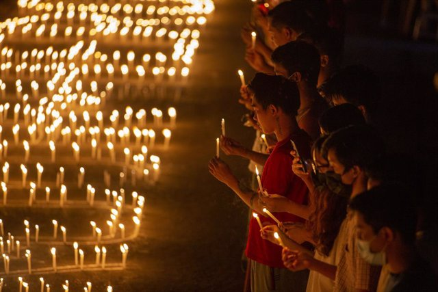07 March 2021, Myanmar, Yangon: Protesters hold candles to pray for the people who died during the protests against the military coup. Photo: Thuya Zaw/ZUMA Wire/dpa