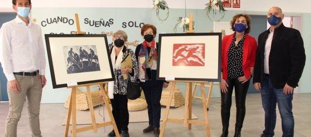 La familia de Katia Acín dona dos grabados de la artista al colegio de Binéfar que lleva su nombre.