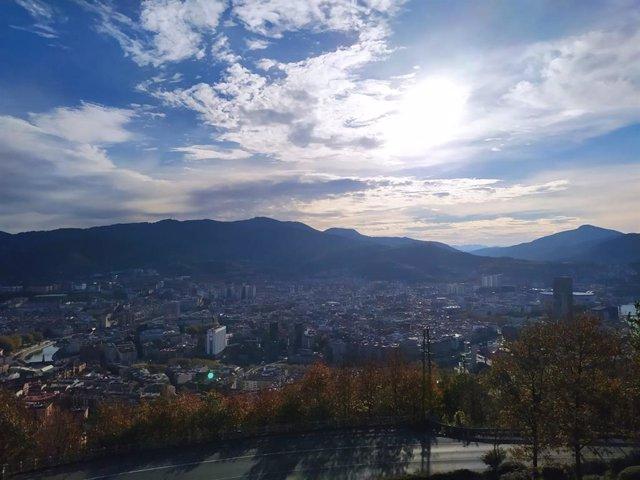 Archivo - Nubes y claros en Bilbao
