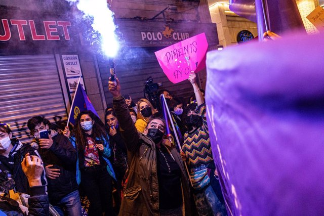 08 March 2021, Turkey, Istanbul: A demonstrator wading an ignited flare during a march marking the International Women's Day. Photo: Tunahan Turhan/SOPA Images via ZUMA Wire/dpa