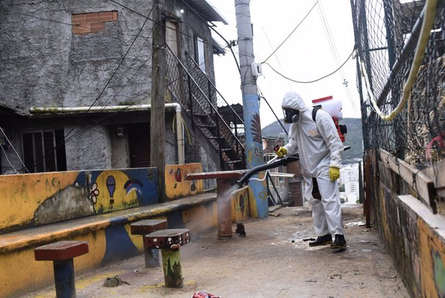 Archivo - Labores de desinfección y limpieza en la favela carioca de Santa Marta, en el sur de Brasil.