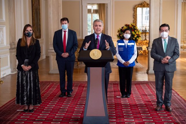 HANDOUT - 01 March 2021, Colombia, Bogota: President of Colombia Ivan Duque (C) delivers a speech after the arrival of the Pfizer/BioNTech coronavirus vaccine shipment. Colombia on Monday took delivery of 117,000 doses of vaccine from the international Co
