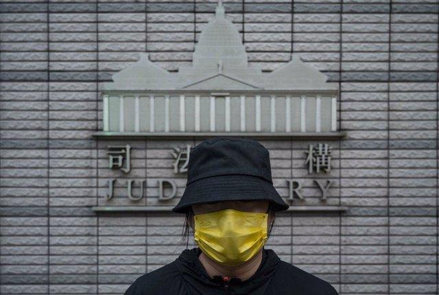 Un manifestante frente a la Corte de Magistrados de West Kowloon donde están siendo juzgados los activistas.
