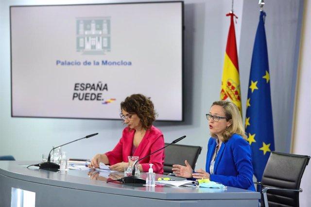 La ministra portavoz y ministra de Hacienda, María Jesús Montero (i); y la vicepresidenta tercera y ministra de Asuntos Económicos y Transformación Digital, Nadia Calviño.