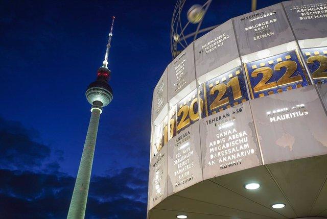 El Reloj Mundial y la Torre de la Televisión de Berlín, en Alemania