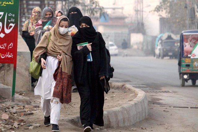 Mujeres estudiantes con burka y pañuelo en Pakistán