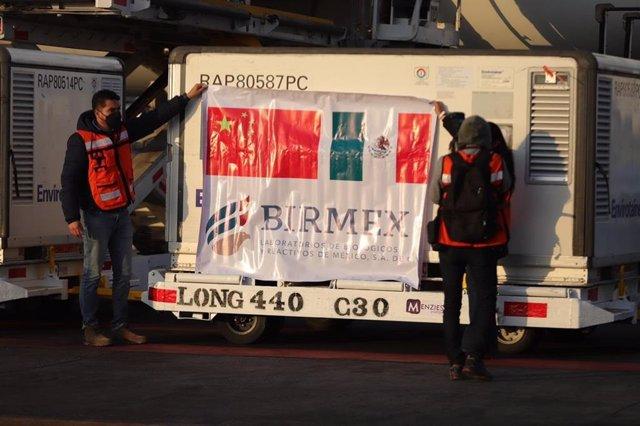 Cargamento de la vacuna contra el coronavirus Coronavac china a su llegada a México