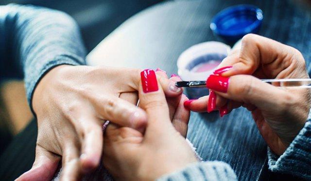 Manicura permanente con uñas de gel.