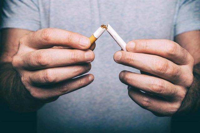 Archivo - Dejar de fumar. Antitabaco. Abandonar el tabaco