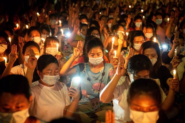 13 March 2021, Myanmar, Yangon: Protesters make three-finger salute as they pray on the streets of yangon for protesters who died during a protest against the military coup. Photo: Theint Mon Soe/SOPA Images via ZUMA Wire/dpa