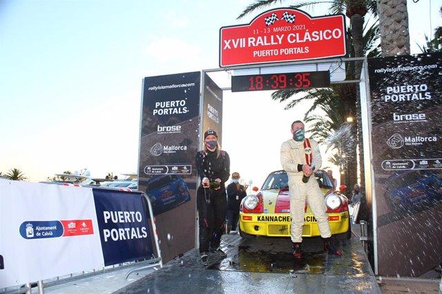 El piloto alemán Florian Feustel y su copiloto Christina Ettel celebran el campeonato del Rally Clásico Isla de Mallorca.