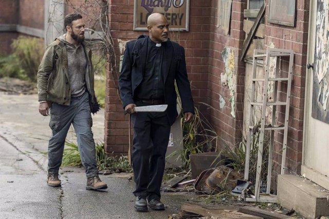 Gabriel (Seth Gilliam) y Aaron (Ross Marquand) en The Walking Dead 10x19