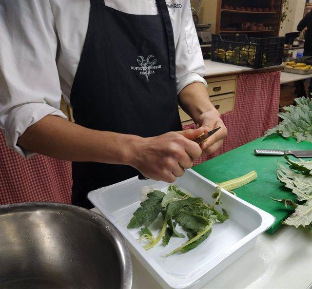 Un joven tutelado en uno de los cursos para aprender el oficio de cocina