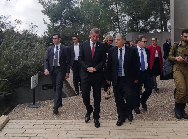Archivo - 20 February 2019, ---, Jerusalem: Czech Prime Minister Andrej Babis (C) visits Yad Vashem, Israel's official memorial to the victims of the Holocaust. Photo: Eli?ka Naegele/CTK/dpa