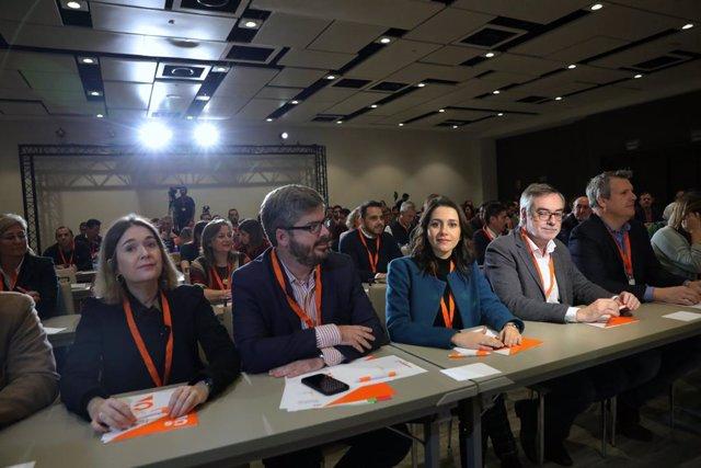 Archivo - La presidenta de Ciudadanos, Inés Arrimadas, durante una reunión del Consejo General del partido en 2019, sentada junto al entonces secretario de Organización, Fran Hervías.
