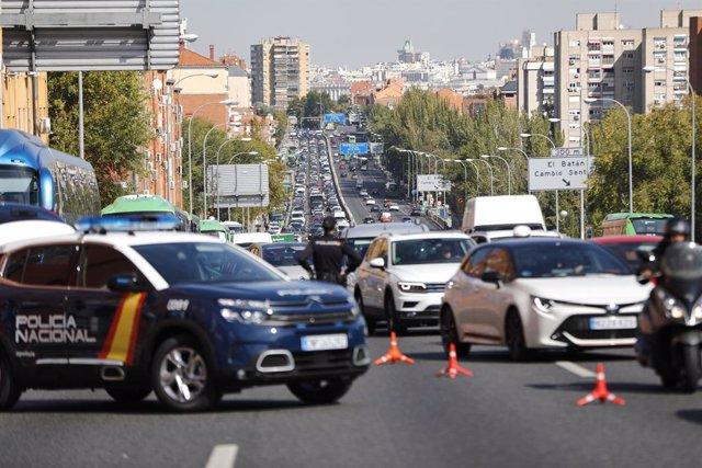 Archivo - Agentes de Policía Nacional durante un control en la carretera A-5, en Madrid, el 9 de octubre de 2020