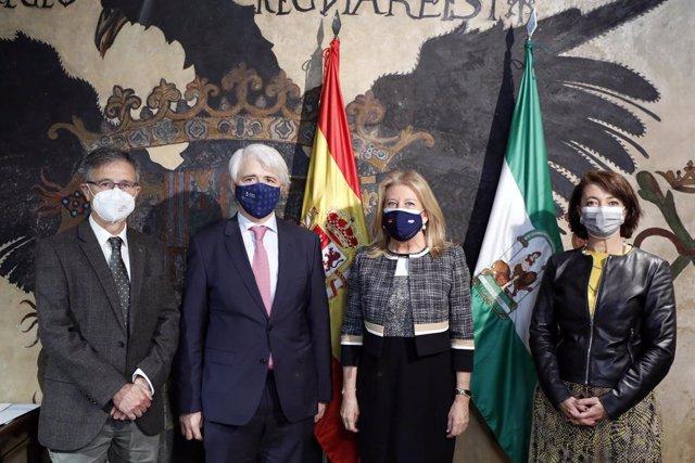 La alcaldesa de Marbella, Ángeles Muñoz, con el nuevo decano del Colegio de Abogados, Salvador González.
