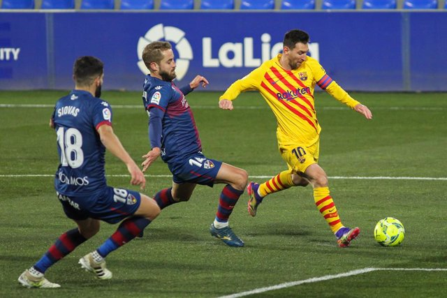 Archivo - Frenkie de Jong of FC Barcelona and Jaime Seoane of SD Huesca in action during La Liga football match played between SD Huesca and FC Barcelona at El Alcoraz stadium on January 03, 2021 in Huesca, Spain.