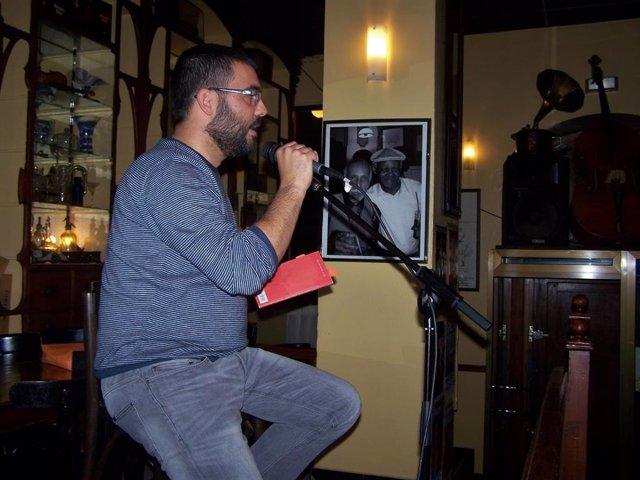 Archivo - Natxo Vidal recitando hace varias temporadas en el mítico Café Zalacaín