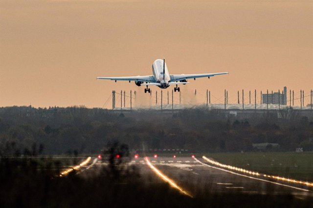 Archivo - 13 November 2020, Hamburg: An Airbus of the airline Eurowings takes off from Hamburg Airport. In the background you can see the Volksparkstadion. Photo: Daniel Reinhardt/dpa