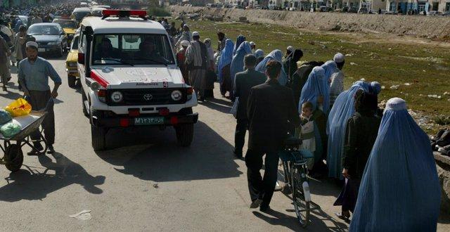Archivo - Una ambulancia junto a una fila de mujeres con burka en Kabul, Afganistán