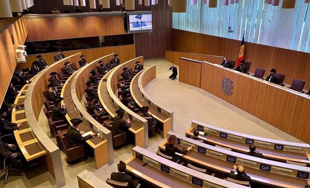 Els parlamentaris amb el vestit tradicional durant la sessió del Dia de la Constitució