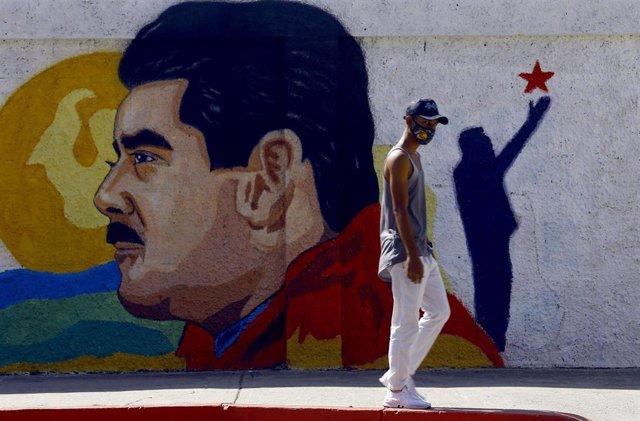 Archivo - Un mural de Nicolás Maduro en una calle de Venezuela