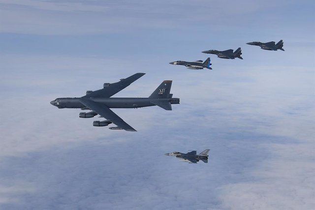 Archivo - HANDOUT - 11 September 2020, ---: A US Air Force B-52H Stratofortress strategic bomber leads a formation of US F-15C Eagles, F-15E Strike Eagles and two Royal Netherlands Air Force F-16 over the North Sea during the annual Point Blank 20-04 exer