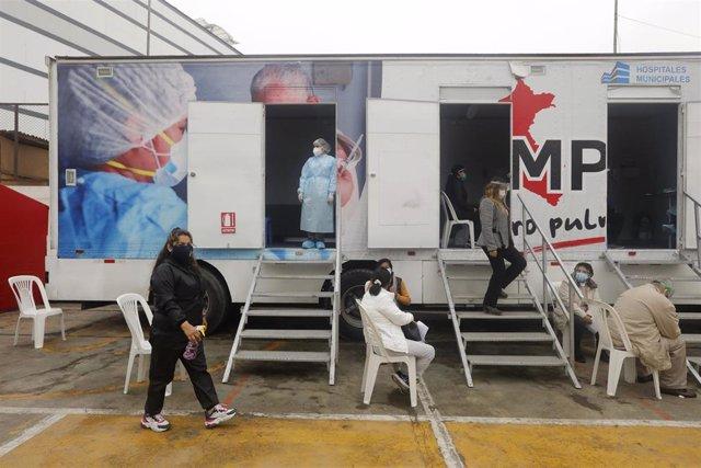 Archivo - Un grupo de personas aguarda su turno para someterse a una prueba de coronavirus en Lima, Perú.