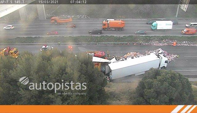 Un dels camions accidentats en l'AP-7, a l'altura de Santa Perpètua de Mogoda (Barcelona).