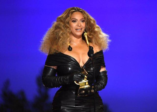 Beyoncé acepta el premio Grammy por 'Black Parade'
