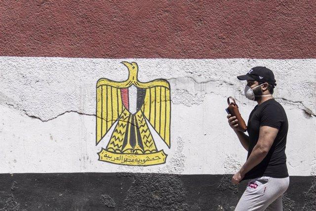 Archivo - Un hombre con mascarilla en la capital de Egipto, El Cairo, durante la pandemia de coronavirus