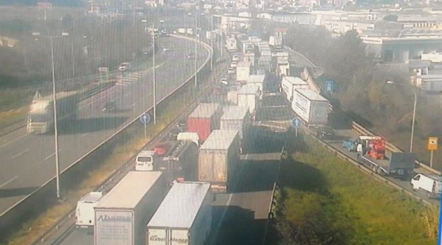 Reobre l'AP-7 després de l'accident de dos camions a Santa Perpètua (Barcelona).