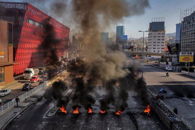 Bloqueo de una carretera en la capital de Líbano, Beirut, durante las protestas contra la crisis económica