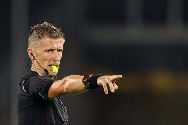Archivo - FILED - 11 August 2020, North Rhine-Westphalia, Duisburg: Italian Referee Daniele Orsato gestures during the UEFAEuropa League quarter final soccer match between Wolverhampton Wanderers and FC Sevilla at the MSV-Arena. Orsato will referee Sunda