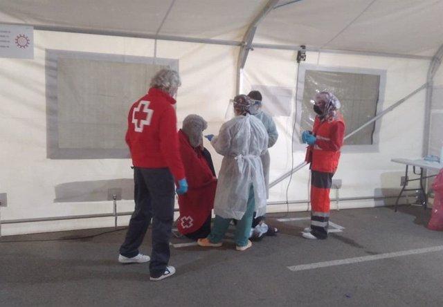 Imagen de archivo de la atención a inmigrantes llegados en una patera en las instalaciones del Puerto de Alicante
