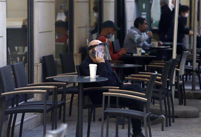 Ciudadanos en una terraza de una cafetería en Málaga a 13 de febrero 2021