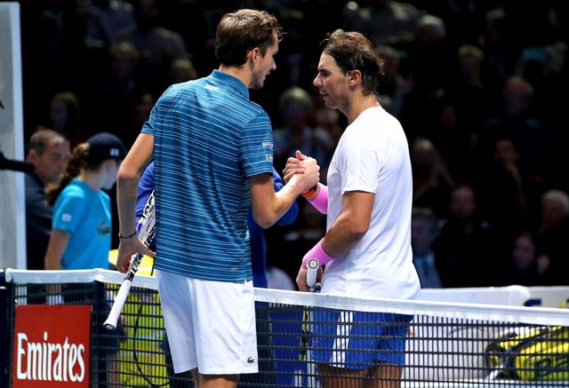 Archivo - 13 November 2019, England, London: Spanish tennis player Rafael Nadal (R) shakes hands with Russia's Daniil Medvedev after the end of their men's singles round-robin match on day four of the ATP World Tour Finals tennis tournament at the O2 Aren