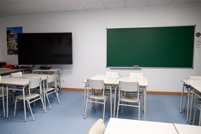 Archivo - Cadires i taules d'una aula (Arxiu)