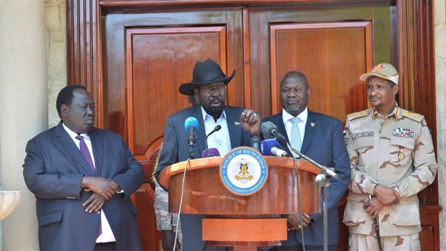 Archivo - Salva Kiir, presidente de Sudán del Sur, anuncia el acuerdo para la formación del gobierno de unidad junto a Riek Machar y el jefe del Consejo Soberano de Sudán, Mohamed Hamdan Dagao
