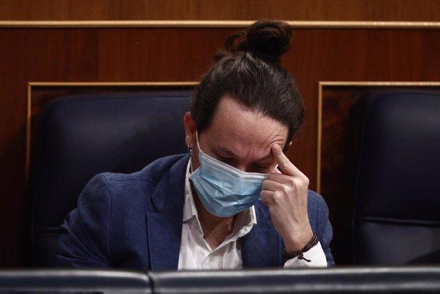 El vicepresidente segundo del Gobierno, Pablo Iglesias, se toca la cabeza durante una sesión de control al Gobierno en el Congreso de los Diputados, en Madrid (España), a 10 de marzo de 2021.