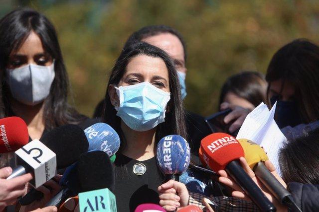 La presidenta de Ciudadanos, Inés Arrimadas, ofrece declaraciones a los medios durante el acto de la Asociación de Víctimas del Terrorismo por el 'Día Europeo de las Víctimas del Terrorismo' con motivo del 17 aniversario del atentado del 11-M, en el Bosqu