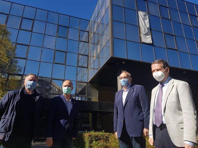 El rector de la UVigo,Manuel Reigosa; el alcalde,Abel Caballero; y el delegado de Zona Franca, David Regades, ante los edificios de López Mora