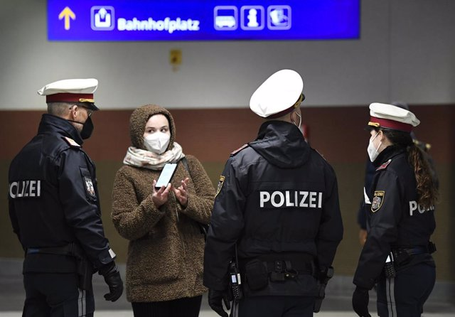 15 March 2021, Austria, Wiener Neustadt: Police carry out spot checks at an exit in the main train station in Wiener Neustadt on the first work and school day with exit controls in Wiener Neustadt, the high incidence area with coronavirus. Photo: Robert J
