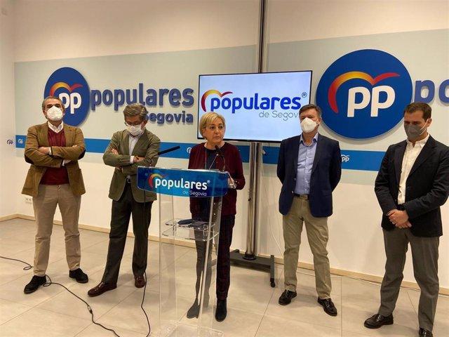 DEe izquierda a derecha: el senador Juan José Sanz Vitorio, el diputado Jesús Postigo, la presidenta del PP de Segovia, Paloma Sanz, el secretario autonómico y vicepresidente 1º de las Cortes, Francisco Vázquez, y el senador Pablo Pérez,