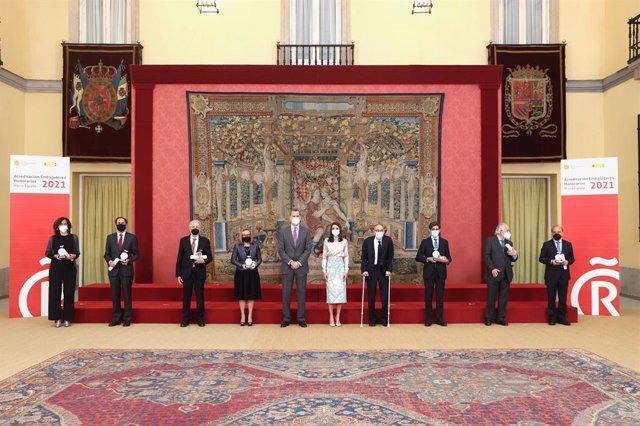 Los Reyes en la entrega de las acreditaciones de los nuevos embajadores honorarios de la Marca España.