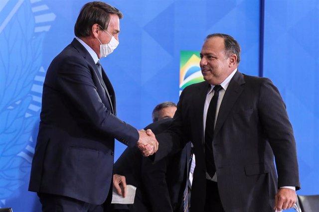 Archivo - El presidente de Brasil, Jair Bolsonaro, y el ministro de Salud, Eduardo Pazuello.